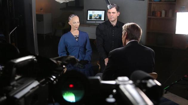图为索菲亚和创造者大卫·汉森正在与查理·罗斯对话。